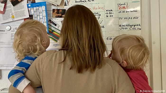 Seorang Ibu muda mencari informasi tentang au pair di papan informasi