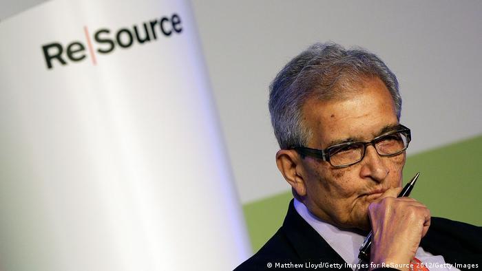 Nobelpreisträger Amartya Sen mit Brille und Stift in der Hand (Matthew Lloyd/Getty Images for ReSource 2012/Getty Images)