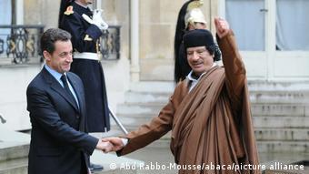 Ιστορική χειραψία με τον Μουαμάρ Καντάφι