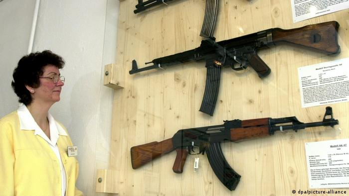 البته در سال ۲۰۰۲ و در موزه اسلحه در شهر زول واقع در تورینگن کپی برداری بدون مجوز کلاشنیکف از روی اسلحه ام پی ۴۴ آلمانی در نمایشگاهی عنوان شده بود. نام این نمایشگاه اشمیسر= کلاشنیکف؟؟ بود.