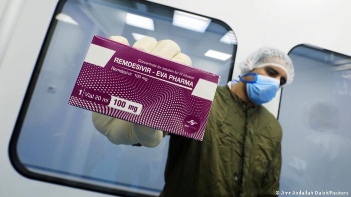 La Organización Mundial de la Salud (OMS) desaconseja el uso en pacientes hospitalizados con COVID-19 del antiviral remdesivir, uno de los principales tratamientos contra la enfermedad con los que se ha experimentado este año, al no hallarse evidencias de que cause mejoras en las personas contagiadas. (19.11.2020)