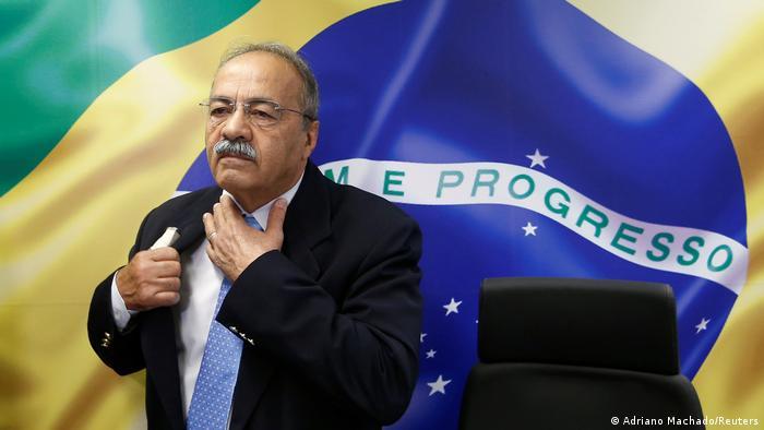 O senador Chico Rodrigues, em frente a uma imagem da bandeira do Brasil
