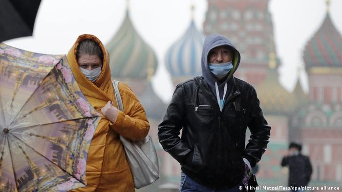 Man and woman in masks on Moscow's Red Square (Mikhail Metzel/Tass/dpa/picture alliance)