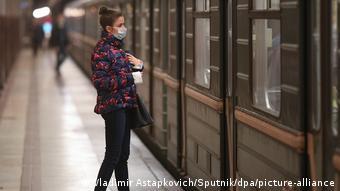 Девушка в маске на станции метро
