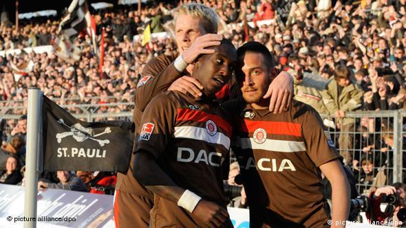 Charles Takyi, Deniz Naki i Marius Ebbers slave ulazak svog St. Paulija u 1. ligu
