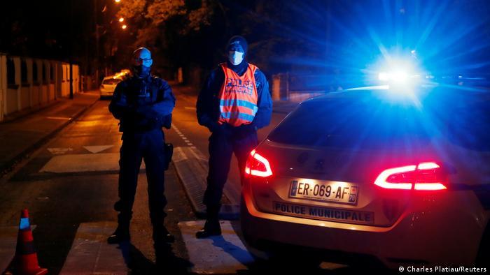 Служащие французской полиции на месте убийства учителя в метро 16 октября 2020 года