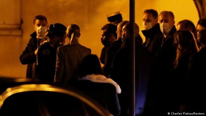 الرئيس الفرنسي ماكرون في زيارة لموقع جريمة القتل الوحشية في كونفلان سانت أونورين (16 أكتوبر/ تشرين الأول 2020)