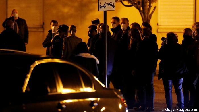 Presidente francês, Emmanuel Macron, comparece ao local da decapitação do professor