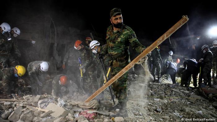 Equipes de resgate buscam sobreviventes em meio aos escombros em Ganja