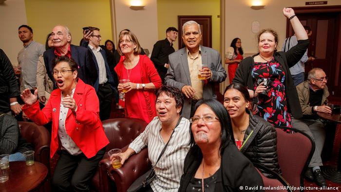 Neuseeland Wahl | Labor-Unterstützer jubeln (David Rowland/AAP/dpa/picture-alliance)