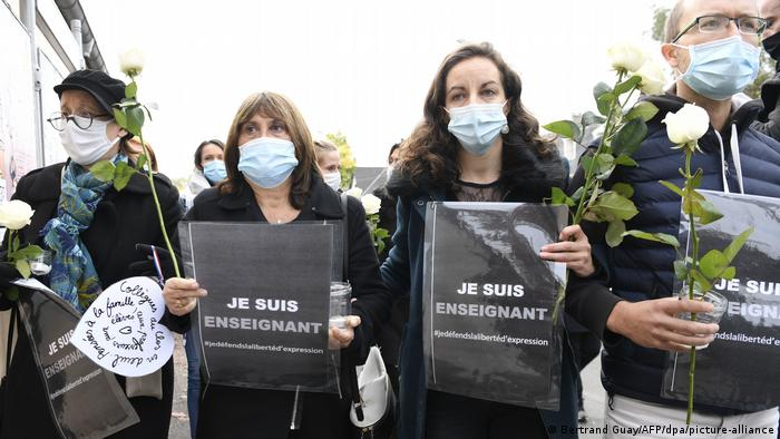 Frankreich Nach mutmaßlichem Terrorakt auf Lehrer bei Paris (Bertrand Guay/AFP/dpa/picture-alliance)