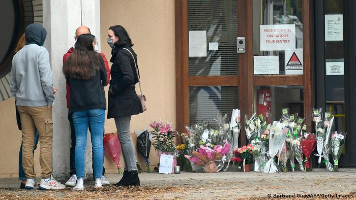 Цветы у входа в школу, где работал убитый учитель