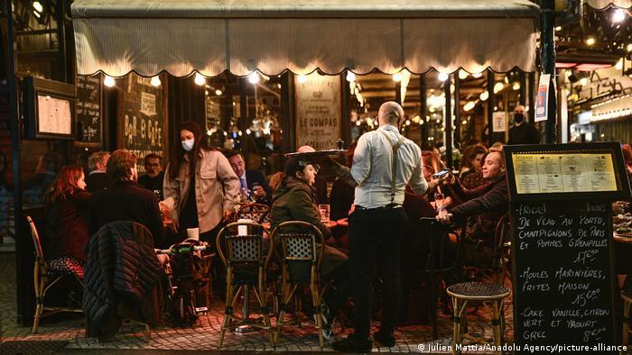 Paris am Abend vor der Ausgangssperre | volles Restaurant