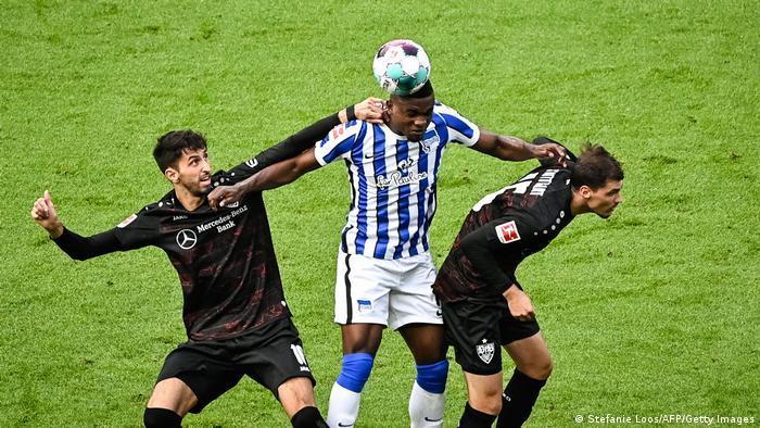 Snimljeno na utakmici Herta Berlin (plavo beli dres) protiv VfB Štutgart (crni dres). Umetnici, s leva na desno: Atakan Karazor, Džon Kordoba Kopete i Paskal Štencel.