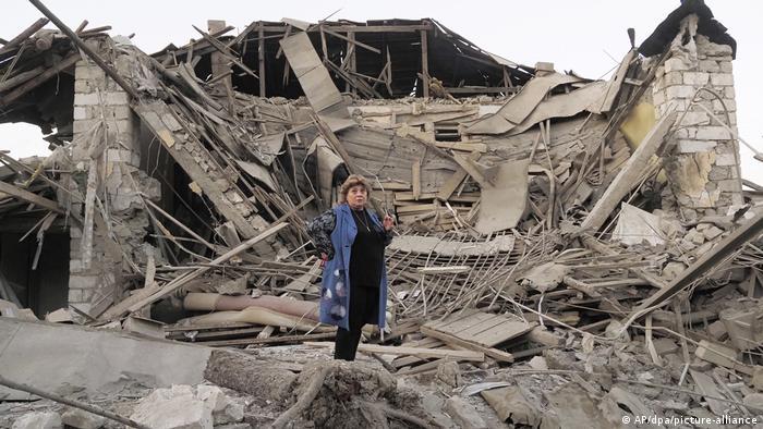 Жительница Степанакерта на руинах своего дома, разрушенного снарядом азербайджанской артиллерии