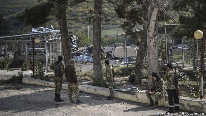سربازان ارمنی نزدیک یک محل بمباران شده، ۱۵ اکتبر ۲۰۲۰
