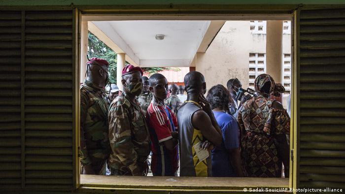 Civis e soldados alinham-se para votar numa escola da capital do país