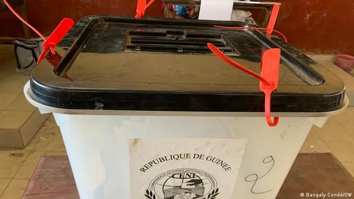 Une urne à Conakry le 18 octobre 2020