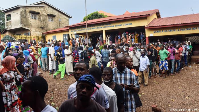 Guinean voters queue to vote.