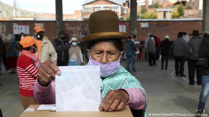 Bolivien Wahl 2020 | Stimmabgabe in La Paz (Martin Mejia/AP Photo/picture-alliance)