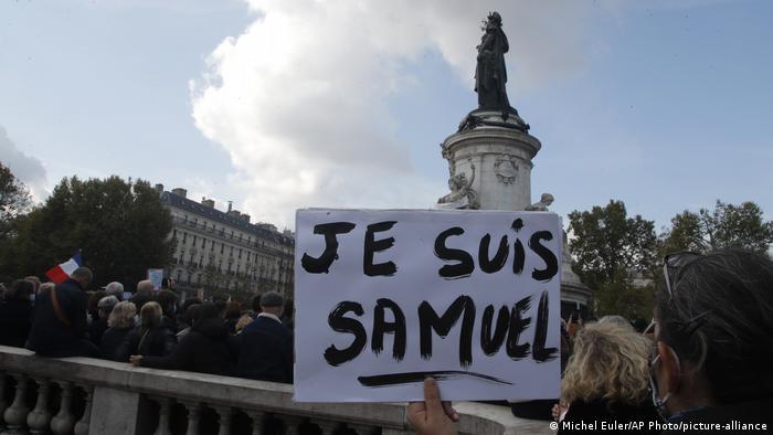 У Парижі вшановують пам'ять убитого вчителя