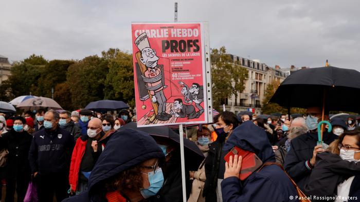 Pessoas reunidas em protesto em Lille