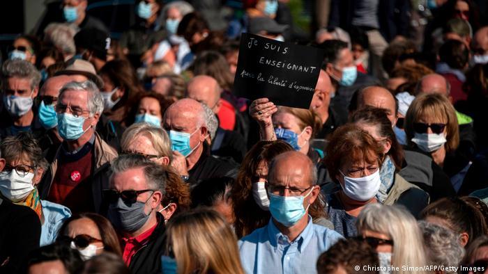 Menschen mit Mundnasenschutzmasken bei der Trauerfeier für den getöteten Lehrer Samuel Paty in Paris