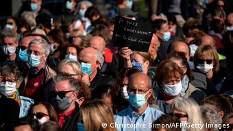 Warga berkumpul di jalan ibu kota Paris untuk mengenang Samuel Paty dan membela kebebasan berekspresi di Prancis, 18/10.
