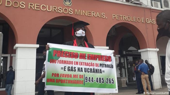 Bruno Buiti protesta em frente ao Ministério dos Recursos Naturais e Petróleo, em Angola