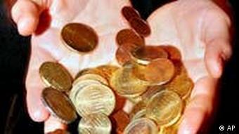 Euromünzen in zwei Händen. (Foto: ap)