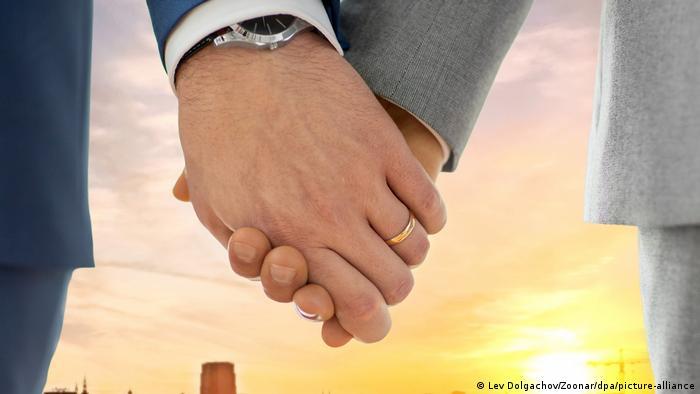 Estland Tallinn Symbolbild männliches Paar (Lev Dolgachov/Zoonar/dpa/picture-alliance)