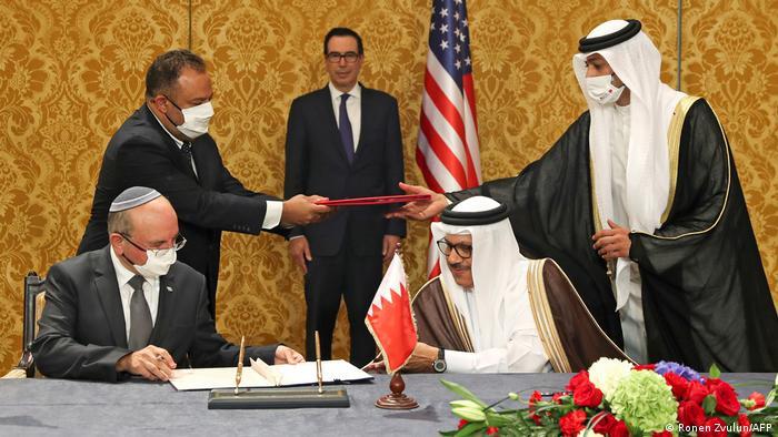 Abdellatif al-Zayani, ministro de RR. EE. de Baréin (sentado, a la dcha.), y el asesor de Seguridad de Israel, Meir Ben Shabbat (sentado, izqda.), firmaron un acuerdo el 18.10.2020.