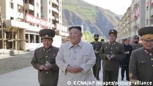 En esta imagen sin fechar distribuida el 14 de octubre de 2020 por el gobierno norcoreano, el líder de Corea del Norte, Kim Jong Un (segundo por la izquierda), visita la localidad rural de Komdok, golpeada por un tifón, para inspeccionar los trabajos de recuperación. (Agencia Central de Noticias Coreana/Korea News Service vía AP)  