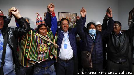 Luis Arce (M.) und seine Mitstreiter haben offenbar schon Grund zur Freude (Foto: Juan Karita/AP Photo/picture alliance)