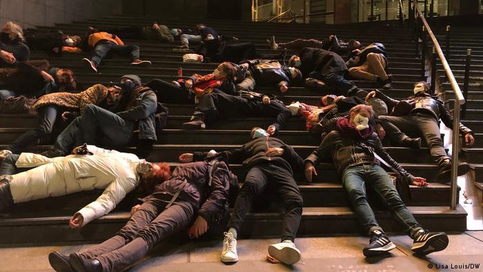 Policijski sat je katastrofa za pozorišne radnike, poručuju demonstranti