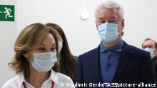 19.10.2020, Russland, Moskau: MOSCOW, RUSSIA - OCTOBER 19, 2020: Moscow Mayor Sergei Sobyanin (R) visits a field hospital for COVID-19 patients in the Moskva car centre at Kashirskoye Shosse Street during the pandemic of the novel coronavirus disease (COVID-19). Moscow has reported 15,982 new cases of COVID-19 for the period between 11am 18 October and 11am 19 October 2020. Vladimir Gerdo/TASS Foto: Vladimir Gerdo/TASS/dpa |