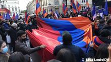 Armenier entfalten eine große armenische Flagge bei einer Demonstration in Paris, bei der sie fordern, dass Frankreich die armenische Seite im Konflikt um Bergkarabach mehr unterstützt.