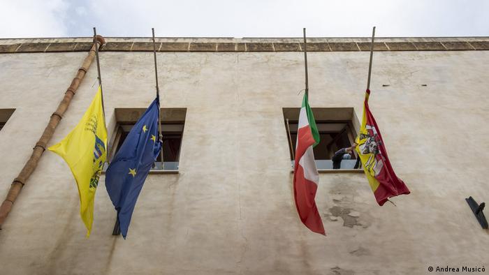 Zastave na pola koplja u italijanskom ribarskom mestu Mazara del Valo