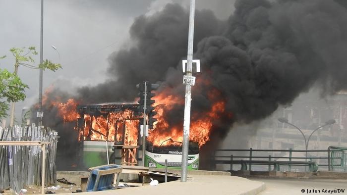 Un bus brûlé par les militants de l'opposition qui dénonce le troisième mandat du président Alassane Ouattara