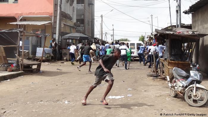 Des manifestants opposés à un troisième mandat d'Alassane Ouattara sont dispersés à Cocody, le 19 octobre