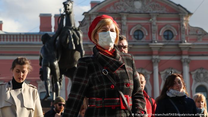 Женщина в маске на Невском проспекте