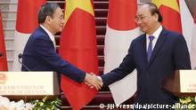 Vietnam | japanischer Premierminister Yoshihide Suga zu Besuch in Hanoi (Jiji Press/dpa/picture-alliance)