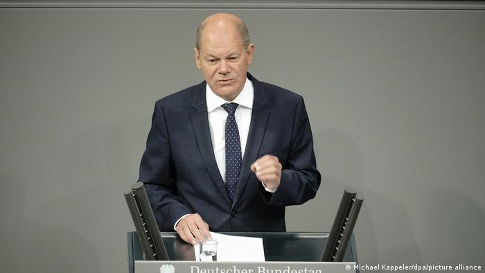 Olaf Scholz speaking (Michael Kappeler/dpa/picture alliance)