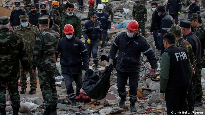 Пошуково-рятувальні роботи на місці обстрілу азербайджанського міста Гянджа