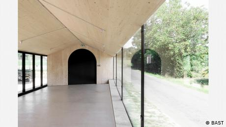 Χάρη στην αυστηρή φόρμα της, η λιτή αυτή κατασκευή σχολείου θυμίζει ιερό χώρο. Δεν είναι όμως εκκλησία, αλλά η νέα τραπεζαρία για ένα σχολείο στη γαλλική πόλη Μονμπρούν Μποκάζ. Για τους μαθητές φαίνεται σα να κάθονται στην εξοχή. Το έργο του γραφείου BAST αναγνωρίστηκε ως μια καινοτόμος πρόταση στην αρχιτεκτονική.