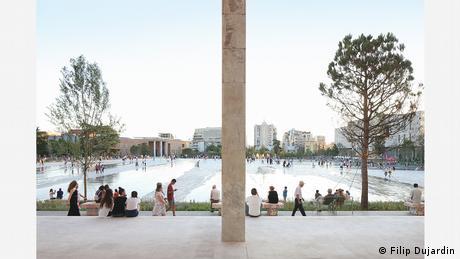 Η μεγάλη πλατεία στο κέντρο των Τιράνων ήταν γνωστή για τις παρελάσεις της υπό το κομμουνιστικό καθεστώς του Ενβέρ Χότζα (1908-1985). Τη δεκαετία του 1990 ήταν ακόμη ένας χαοτικός κυκλοφοριακός κόμβος. Από τότε όμως που τροποποιήθηκε από την εταιρεία 51N4E, η πλατεία έγινε το αγαπημένο μέρος των Αλβανών. Το έργο ήταν μεταξύ των φιναλίστ του Mies Award 2019.