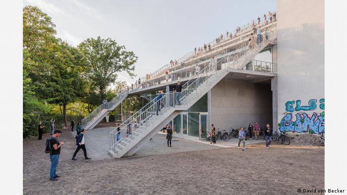 Haus mit außenliegenden Treppen, auf denen viele Menschen herumlaufen - Finalist des Architekturpreises Mies van der Rohe Award 2019