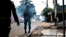 Guinea Conakry | Präsidentschaftswahl 2020: Cellou Dalein Diallo erklärt sich zum Sieger: Polizei feuert Tränengas ab (John Wessels/AFP/AFP/Getty Images)
