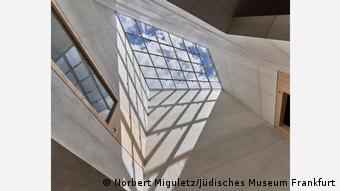 Deutschland Das lichtdurchflutete Atrium im Lichtbau des neuen Jüdischen Museums in Frankfurt