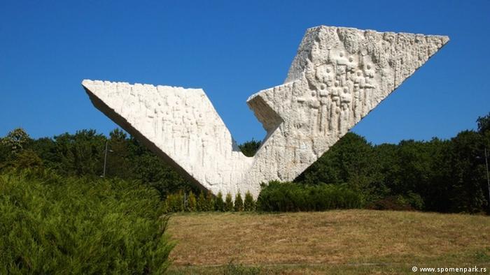 Slomljeno krilo, spomenik streljanim đacima i profesorima u Kragujevcu, podignut 1963, vajar Miodrag Živković